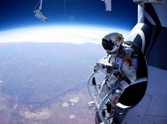 Felix Baumgartner vor dem Rekord-Sprung. Quelle: flickr.com © Cyril Attias (CC BY-NC-ND 2.0)