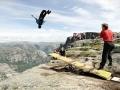 Back to the Fjords - Per Salto 1000 Meter in die Tiefe, was eine Gruppe verrückter Franzosen in Norwegen treibt. (c) Sebastian Montaz-Rosset Film
