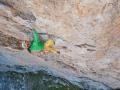 Alexander inmitten des 60 Meter langen Ausdauermarathons der direkt durch den gewaltigen Überhang der Bermeja führt. Überall gute Griffe, kein einziger schwieriger Kletterzug und aber am Ende macht es die Summe der Kletterzüge. (c) Heinz Zak