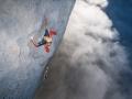 Fabian klettert im grauen Meer des senkrechten Kalks, meist nur knapp oberhalb des Orbayu, dem berüchtigten Küstennebel Asturiens. (c) Heinz Zak