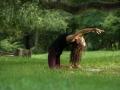 Variante der Kamel Rückbeuge mit einer Hand stabilisiert den Rumpf, kräftigt den Rücken & dehnt die Brustmuskulatur (c) Eleonora Raggi