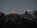 Der Blick vom Basislager auf den Berg. Der Gipfel des Cerro Kishtwar im letzten Licht. (c) Timeline Productions