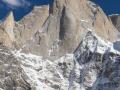 Kleiner Mensch, großer Berg. Das Team steht vor ihrem großen Abenteuer, der Nordwestwand des Cerro Kishtwar. (c) Timeline Productions