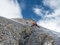 Eisige Kälte, Spinndrift und 5900 Meter machen den Vorstieg zum speziellen Abenteuer! (c) Timeline Productions