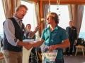 Rony Bieri, Geschäftsführer und Verlagsleiter beim Entlebucher Medienhaus, übergibt Roger Schäli das erste Magazin. (c) Entlebucher Medienhaus