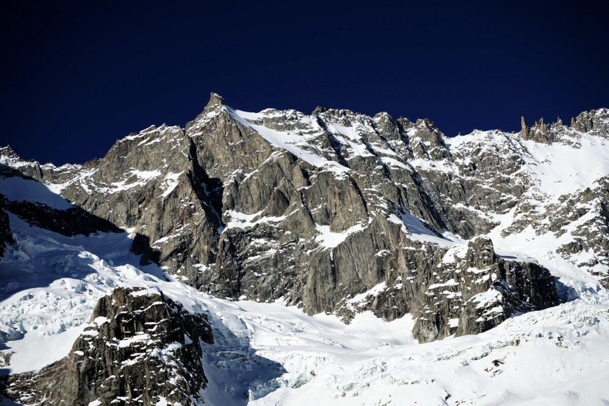 Erstbegehung an der Aiguille de l'Amône im Wallis (c) Simon Chatelan, Silvan Schüpbach