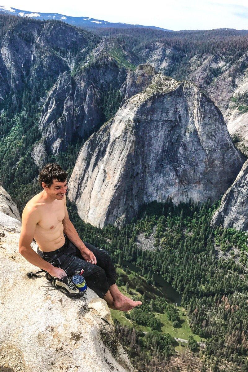 Alex Honnold sitzt auf dem Gipfel (c) Jimmy Chin