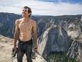 Alex Honnold hält seine gesamte Kletterausrüstung auf der Spitze des El Capitan (c) Jimmy Chin