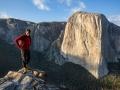Alex Honnold auf dem Gipfel des Lower Cathedral mit El Capitan im Hintergrund im Yosemite Nationalpark (c) Samuel Crossley