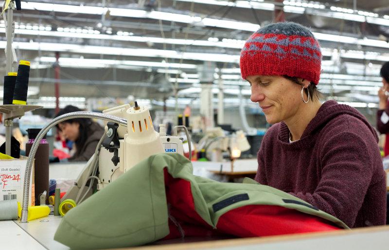 Bird's Nest Projekt 2011: Arc'teryx Mitarbeiter fertigen Capes für Obdachlose