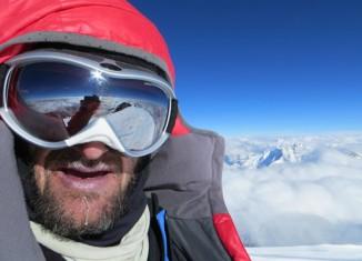 Christian Stangl überglücklich auf dem Gipfel des K2