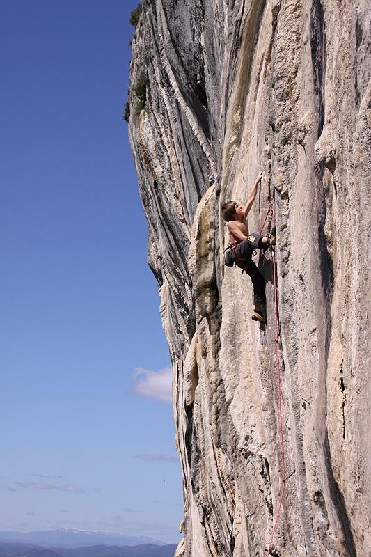 Der 10-jährige Tiroler Kletterer Mathias Posch klettert 7b+