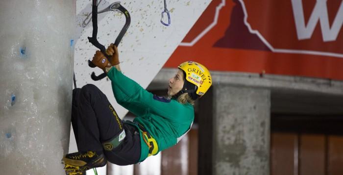 Volle Konzentration beim Eiskletter-Weltcup 2015 in Saas-Fee: Angelika Rainer (c) Philippe Mooser