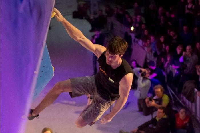 Jan Hojer beim Deutschen Bouldercup 2015 in Köln (c) DAV Vertical-Axis