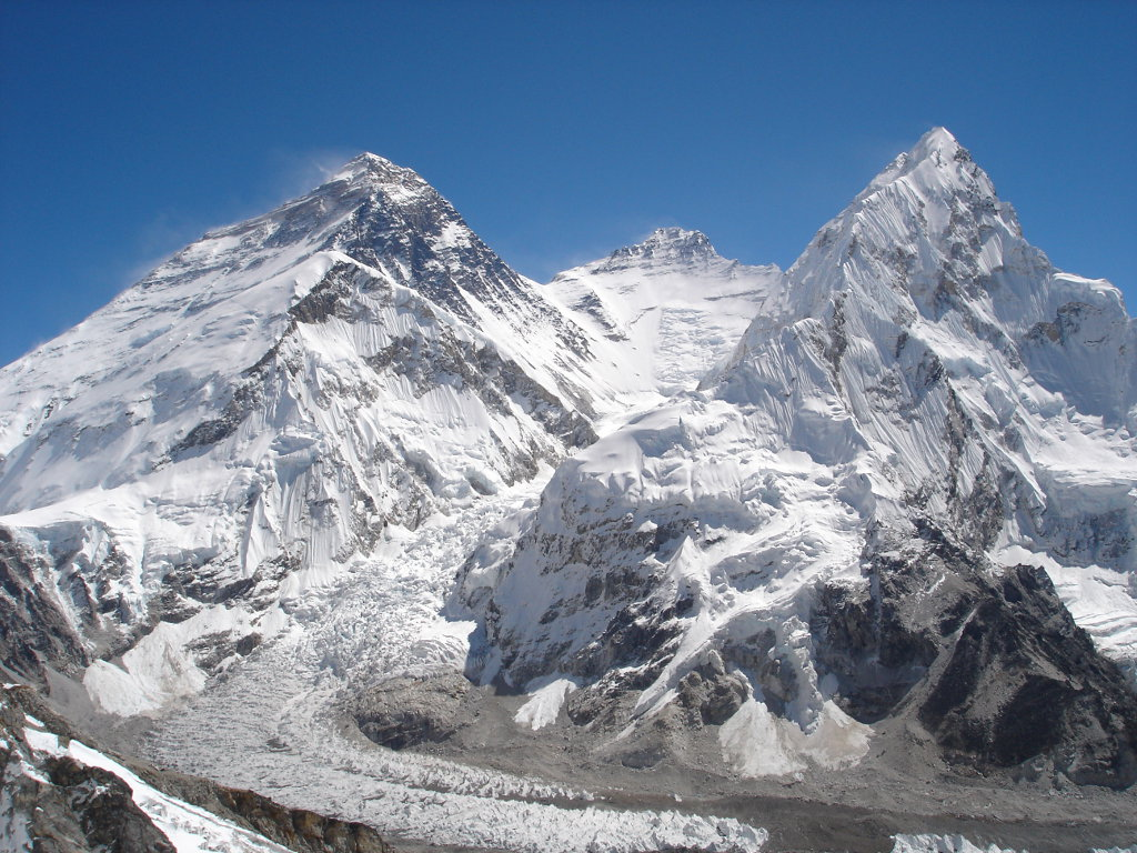 """Das """"Dach der Welt"""": Der Everest 8848 m, neben Lhotse 8516 m, und Nuptse 7861 m (von li. nach re.) von Südwesten. (c) Stitzinger & von Melle – goclimbamountain.de"""