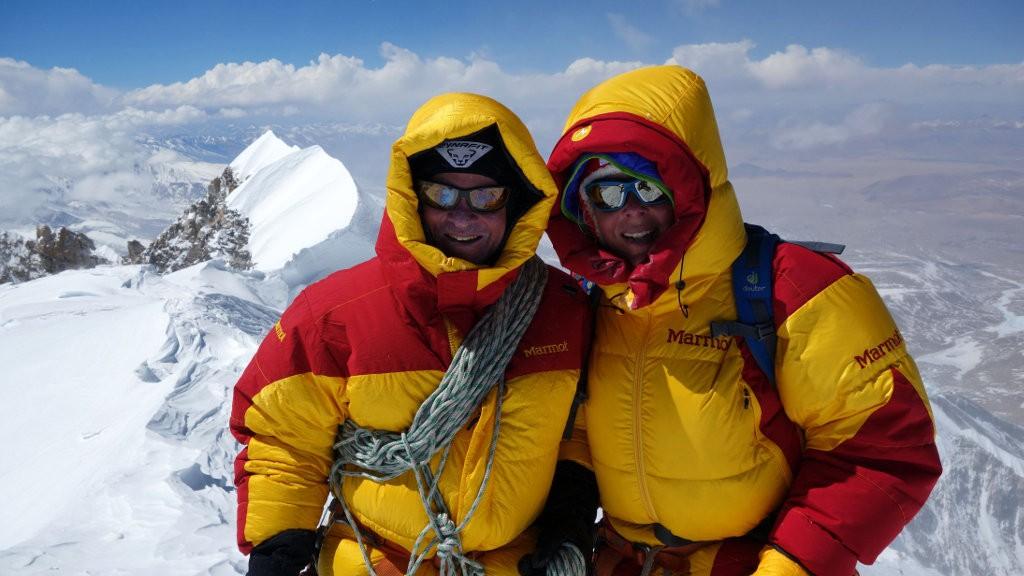 Luis Stitzinger (li.) und Alix von Melle (re.) am Gipfel der Shishapangma, 8027 m, ihres letzten Achttausendererfolgs. (c) Archiv Stitzinger & von Melle – goclimbamountain.de