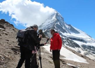 Christoph Bürgin, Gemeindepräsident von Zermatt, erklärt den Entscheid zur Schliessung des Matterhorns am 14. Juli 2015 vor den Medien. (c) Zermatt Tourismus