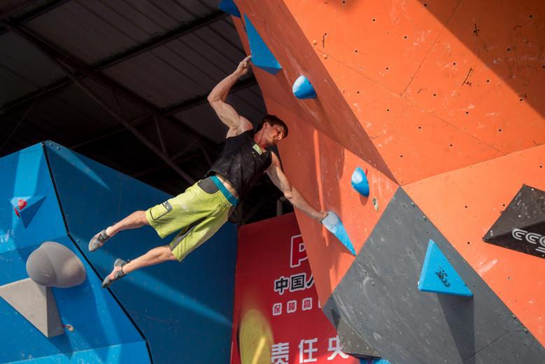 Jan Hojer beim Boulderweltcup in Haiyang (c) IFSC/Eddie Fowke/thecircuitclimbing.com