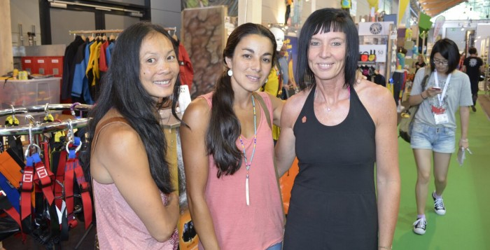 Olivia Hsu, Daila Ojeda und Barbara Raudner auf der OutDoor 2015 (c) Martin Joisten