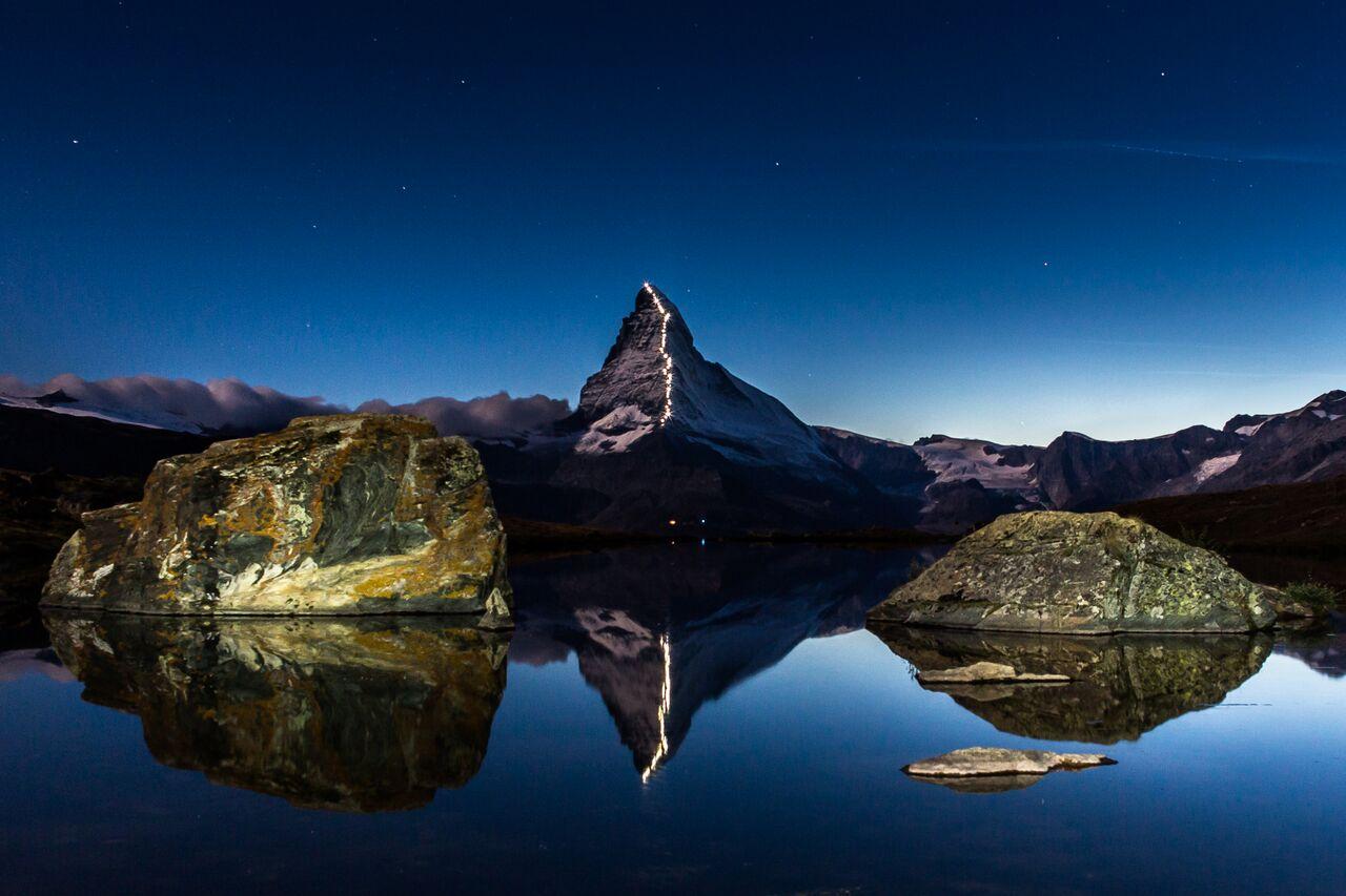 Beleuchtung der Erstbesteiger-Route am Matterhorn vom Stellisee. (c) Viktor Cortez, Zermatt