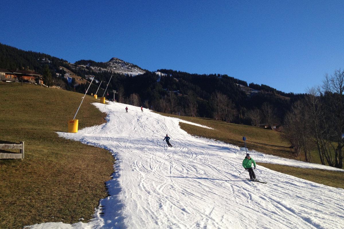 Skifahren auf beschneiter Piste (c) DAV/Stefan Herbke