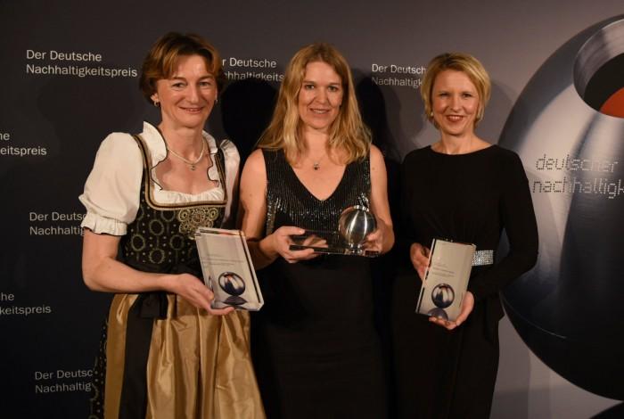 V.l.n.r.: Barbara Scheitz (Geschäftsführerin Andechser Molkerei Scheitz GmbH), Antje von Dewitz (VAUDE Geschäftsführerin), Dr. Tanja Wielgoß (Vorsitzende des Vorstandes Berliner Stadtreinigungsbetriebe AöR) (c) VAUDE