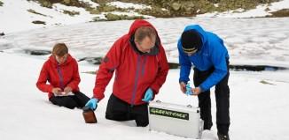 Greenpeace-Wissenschaftler entnehmen Proben zur Bestimmung von PFC-Rückständen (c) Christian Breitler, Greenpeace