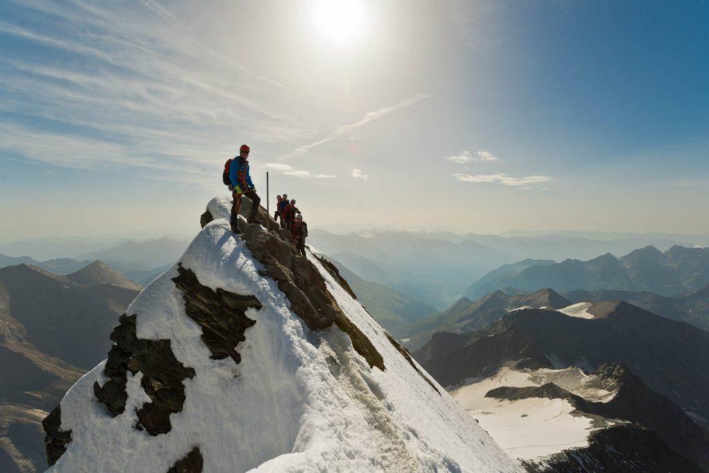 Alpenvereinsgruppe auf dem Weg zum Gipfel des Großglockners (c) Alpenverein/Norbert Freudenthaler