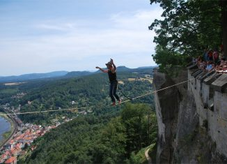 Heinz Zak balanciert 240 Meter hoch über dem Elbtal auf der Highline. (c) PR Festung Königstein