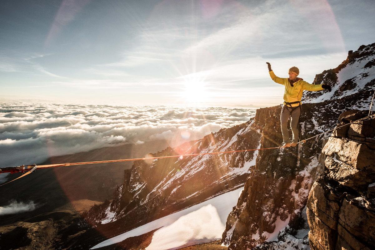 Stephan Siegrist begeht am Kilimanjaro die höchstgelegene Highline der Welt (c) Thomas Senf