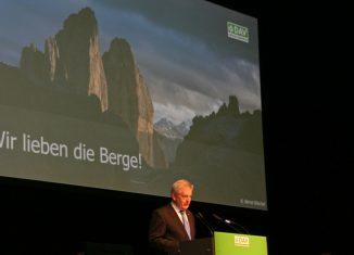 DAV-Präsident Josef Klenner begrüßt zur Hauptversammlung (c) DAV/Christine Frühholz