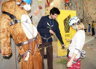 'Sturzi' auf Tour: Der 60 Kilogramm schwere Sturzdummy des Alpenvereins ist bereit für seinen Einsatz (c) Alpenverein/Monika Melcher