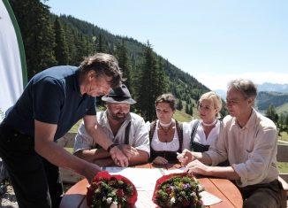 Rudi Erlacher, Josef Loferer, Ilse Aigner, Ulrike Scharf und Peter Solnar bei der Unterzeichnung der Urkunde (v.l.n.r). (c) DAV/Hans Herbig