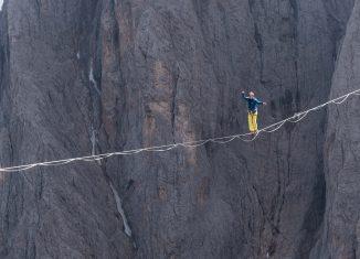 Lukas Irmler: Highline in den Dolomiten (c) adidas/Valentin Rapp