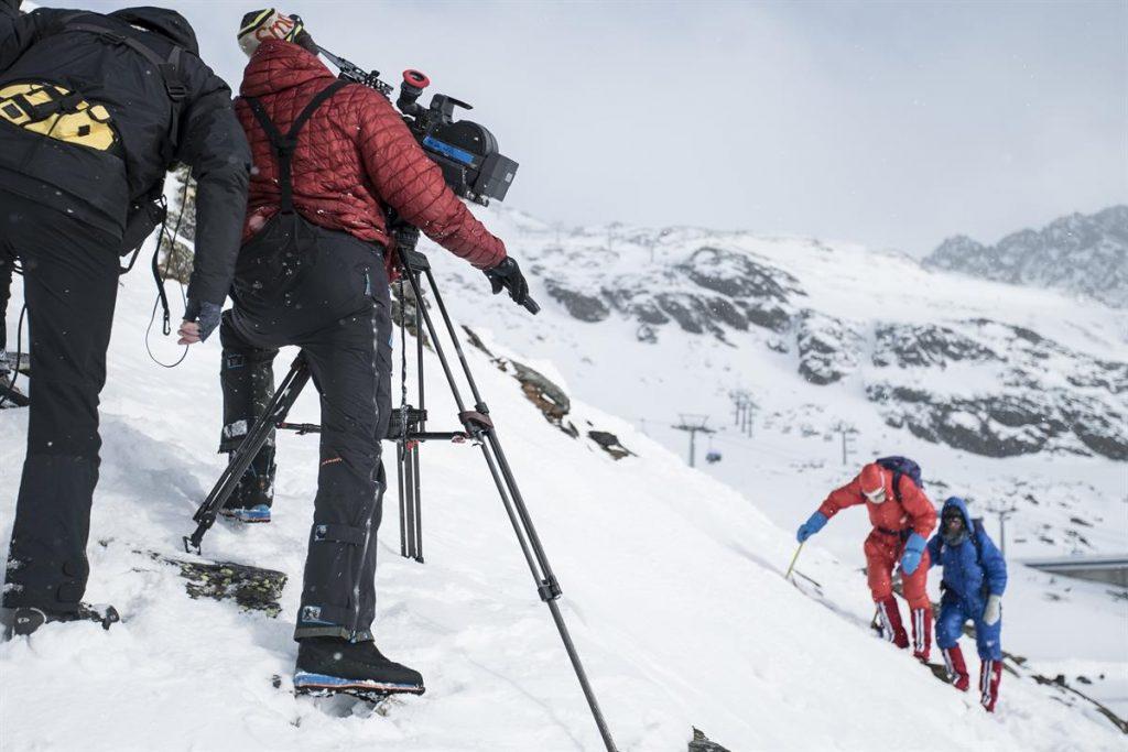 Martin Hanslmayr dreht auf 16mm Film die Protagonisten Simon Messner und Philipp Brugger (c) ServusTV / Tabea Baur
