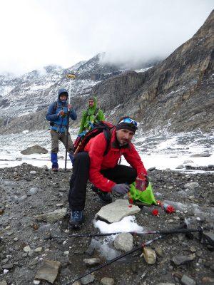 Gletschermesser bei der Arbeit an der Burgstalllinie, einem der Querprofile über die Pasterze (c) G. K. Lieb