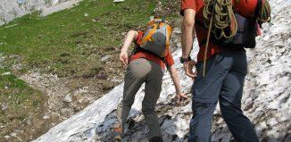 Mit den richtigen Maßnahmen können Bergsteiger das Absturzrisiko auf den hart gefrorenen und oft steilen Schneeflächen vermindern. (c) ÖAV/Peter Plattner