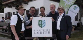 Die feierliche Siegelverleihung. V.l.n.r.: Josef Bierschneider, Franz Josef Pschierer, Ilse Aigner, Marcel Huber, Rudi Erlacher. (c) DAV/Hans Herbig