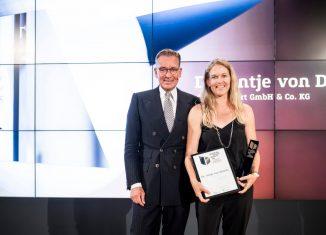 Andrej Kupetz, Geschäftsführer Rat für Formgebung, überreicht den German Brand Award an Antje von Dewitz, VAUDE Geschäftsführerin. (c) Manuel Debus