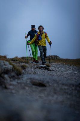 Die Alpinisten Roger Schäli und Simon Gietl auf dem Weg an den Fuß des Eigers am späten Abend. (c) Nicolas Altmaier