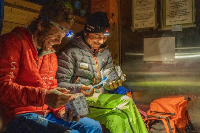 Roger Schäli und Simon Gietl nach einer kurzen Nacht in der Berghütte Refuge de la Charpoua (2.841 m). Die Zwei sind kurz vor dem Aufbruch zur 6. klassischen Nordwand ihres Projekts NORTH6. Foto: John Thornton