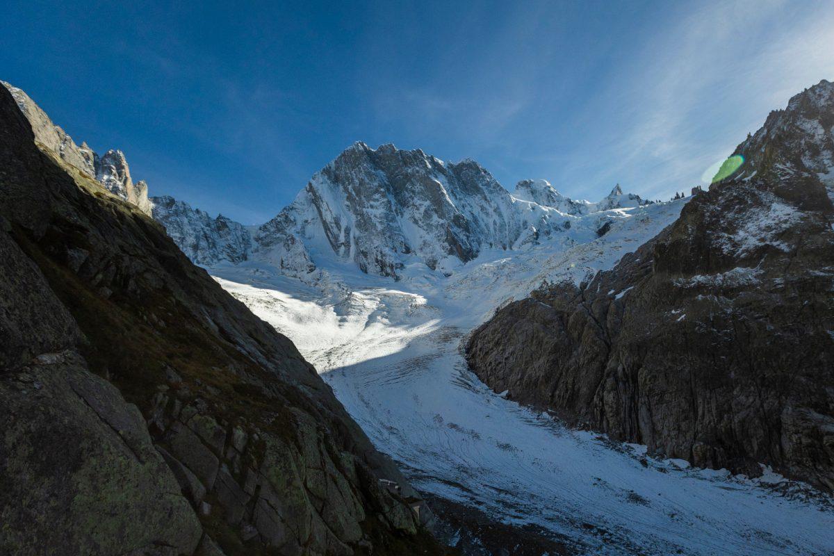 Das letzte Ziel von Roger und Simon, die Nordwand der Grandes Jorasses, befindet sich in der Bildmitte. Mittig im unteren Bildbereich findet sich die Schutzhütte Refuge de Leschaux (2.431 m). Zwischen Hütte und Nordwand erstreckt sich das Mer de Glace, der größte Gletscher Frankreichs und gleichzeitig der viertgrößte der Alpen. Foto: Nicolas Altmaier