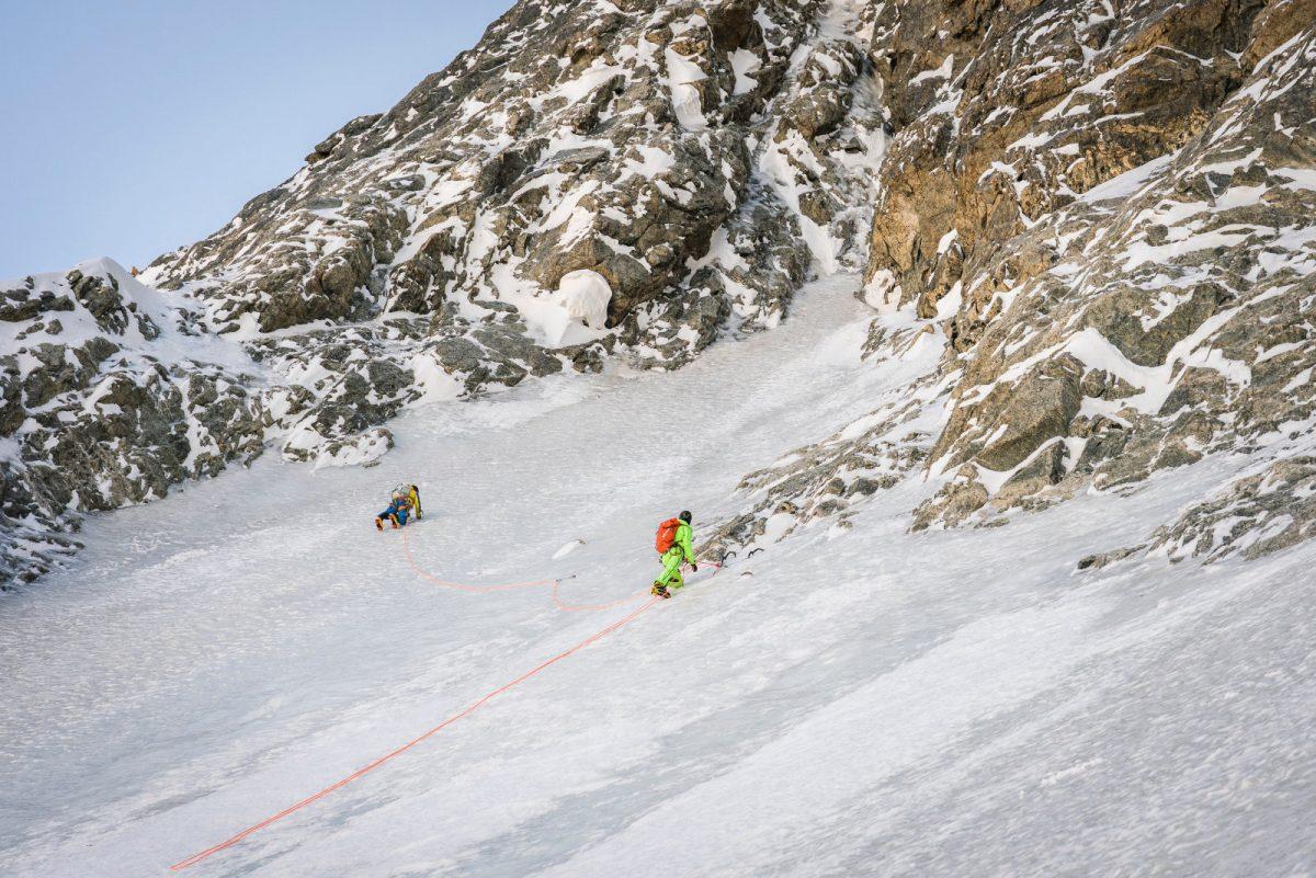 Die Seilschaft Schäli und Gietl am Ende des großen Eisfeldes in der Nordwand der Grandes Jorasses. Foto: Severin Karrer