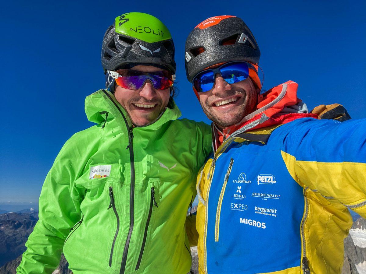 Happy End: Die zwei Freunde Simon und Roger nach Besteigung der Grandes Jorasses, der sechsten klassischen Nordwand der Alpen. Roger macht das letzte NORTH6-Gipfelbild in voller Sonne. Anschließend machen die Zwei sich an den Abstieg. Foto: Roger Schäli